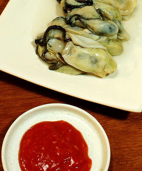 生牡蠣をカクテルソースで食う