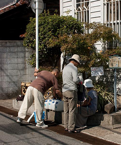 仕込水をくむ人々