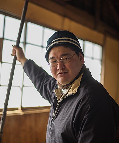 櫂を持つ今井英明氏